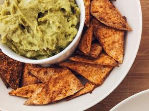 Dip de aguacate, guisantes y hierbabuena con nachos caseros