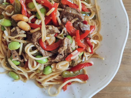 Noodles de pluma ibérica, verduras, edamame y cacahuetes
