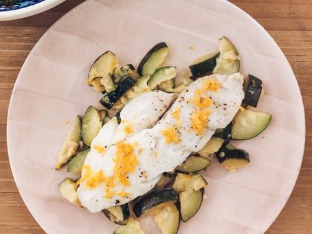 Filete de merluza al horno con calabacín y alcachofas al limón