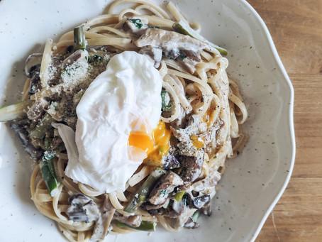 Espaguetis con setas, espárragos y huevo poché