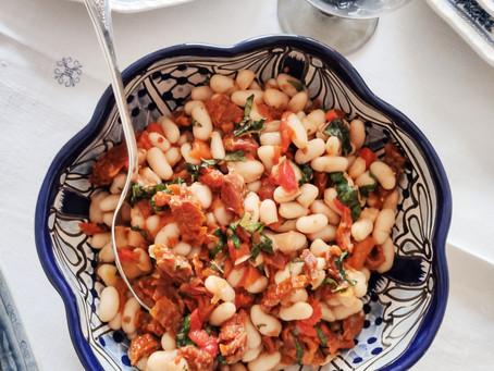 Ensalada de alubias blancas, tomate seco y albahaca
