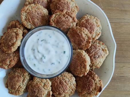 Falafel de alubias blancas con salsa de yogurt y cebollino