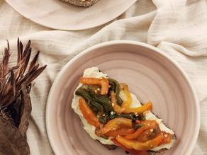 Tostas de hummus y pimientos  asados