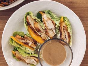 Tacos de pollo, mango, aguacate y salsa de cacahuete
