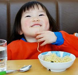 ラーメンを食べる子供