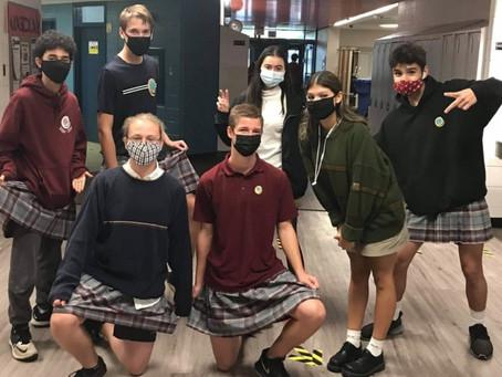 Rapazes vão de saia para a escola como forma de protesto contra regras sexistas