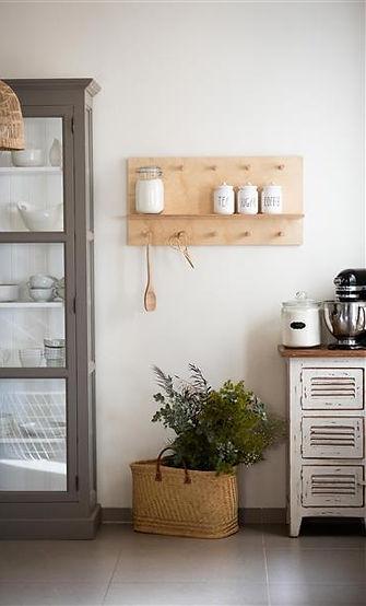 מדפים מעץ למטבח