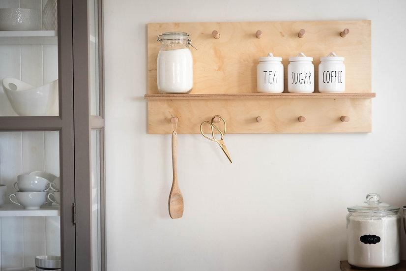 מדף ומתלים מעץ למטבח