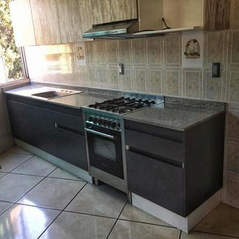 cocina integral pequena gris y madera.jp