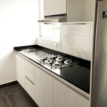 cocina integral pequena con ventana.jpg