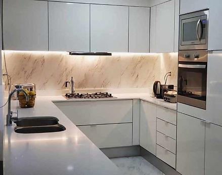 cocina blanca brillante.jpg