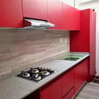 cocina integral roja con granito.jpg