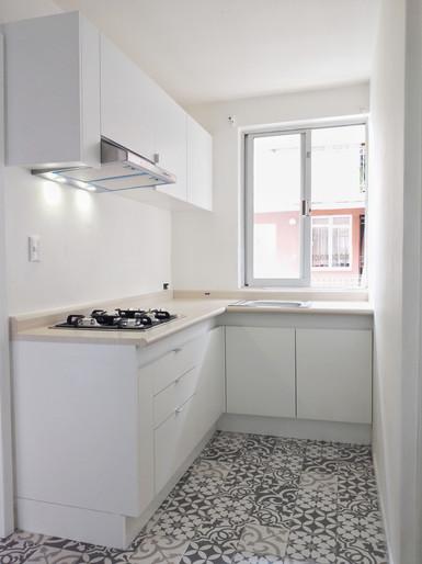 cocina blanca y madera.jpeg