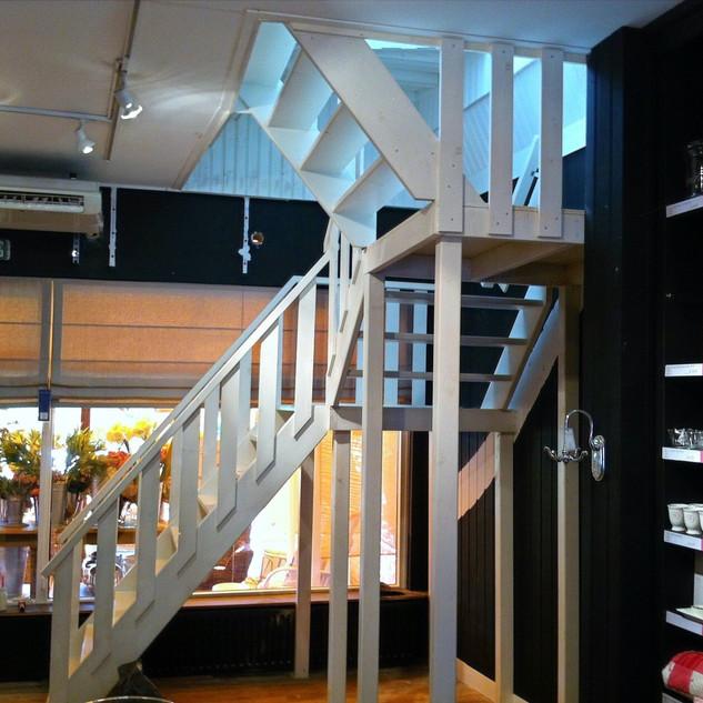 Mooie, open trap in winkelruimte