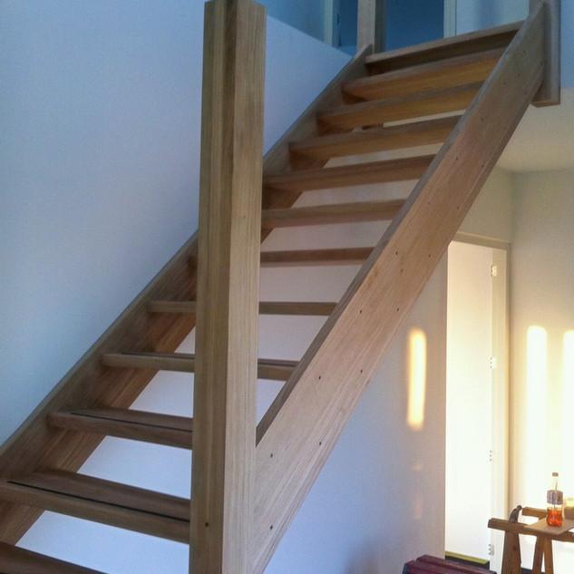Open eikenhouten trap in woning geplaatst