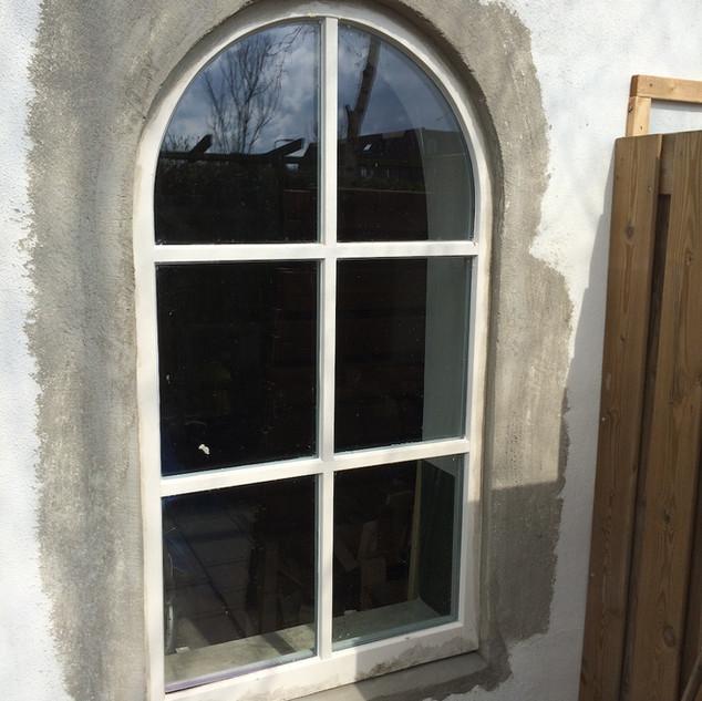 Nieuw houten raam ronde toog