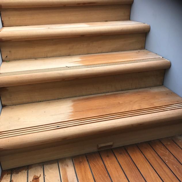 Mooie teakhouten trap met aansluitend teakhouten terras
