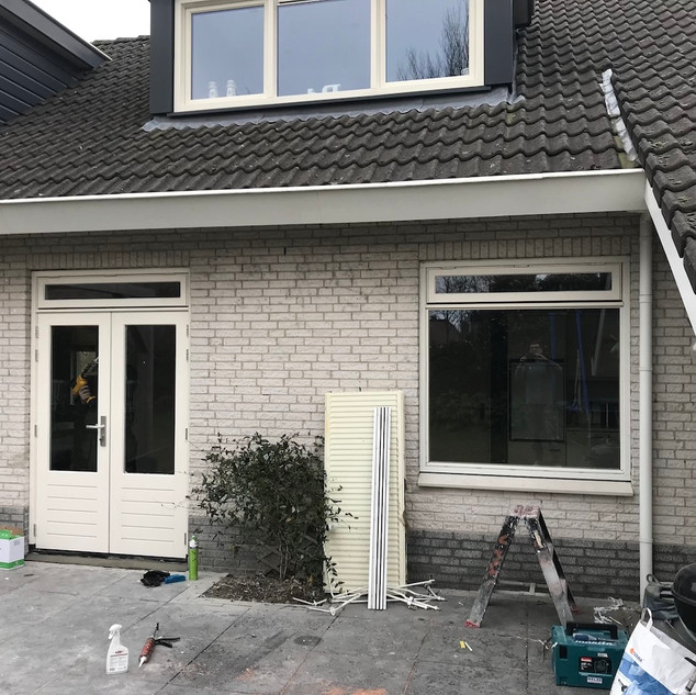 2 nieuwe gevelkozijnen met raam en deur