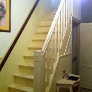 Mooie, klassieke leuning op bestaande trap gemaakt