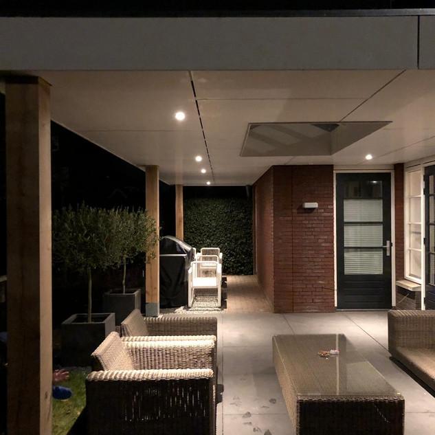 Moderne overkapping met sfeerverlichting