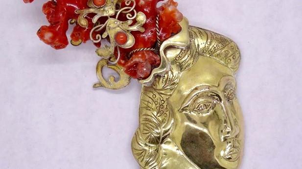 Broche d'or et de corail