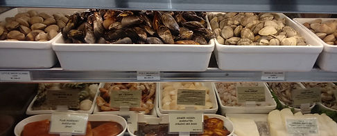 A picture of fresh mussels, clams, prawns, scallops & langastino.