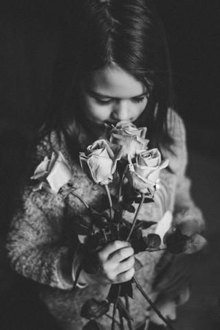 vvc-ottawa-lifestyle-littlegirl-flowers.