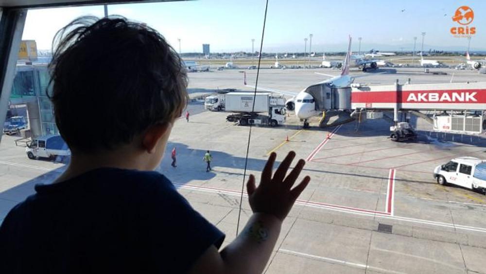 criança no aeroporto 10 dicas para voar de avião com criança