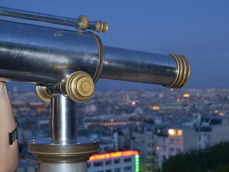 Passeando por Paris à noite.