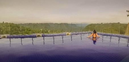 Hotel em Gramado imerso a natureza com a localização perfeita.