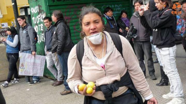 perrengue no chile, caindo de paraquedas na manifestação no chile crisstilben crispelomundo (18)