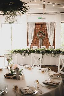 Kompozycja ślubna na sali w Bgatelce