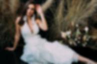 Panna Młoda na tle kompozycji ślubnej