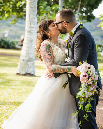 Oahu Wedding couple kissing