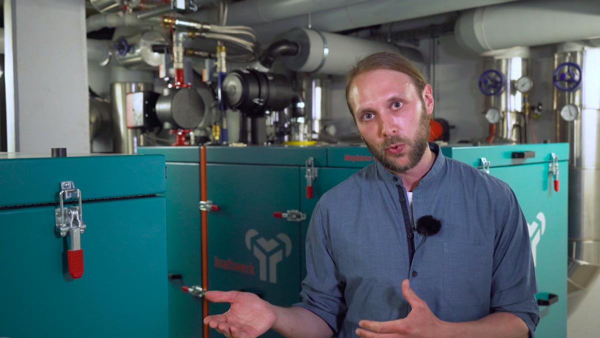Tom Lindemann erklärt das Blockheizkraftwerk