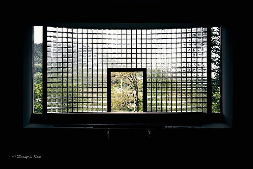 茅野市八ヶ岳総合博物館/吹き抜けエントランスのあかり取り用窓