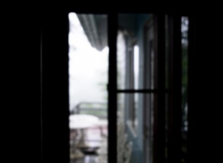 ぼけた写真の朝は雨