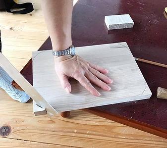 木工教室。のこぎりで角を丸くする。
