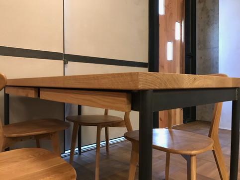 ナラとアイアンのテーブル