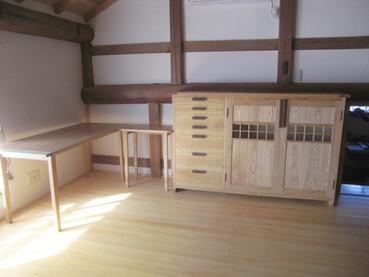 タモのデスクと本棚