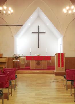 教会の聖壇、説教壇、洗礼台