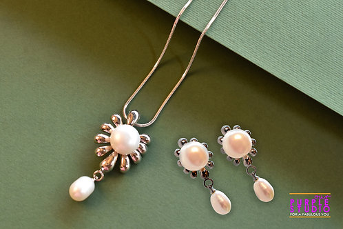 Youthful Pearl Pendant Set in Silver Chain