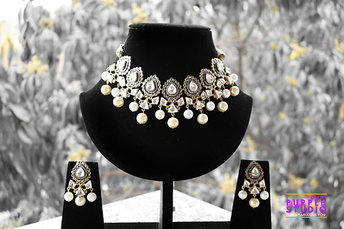 Mesmerizing Antique Kundan Necklace Set