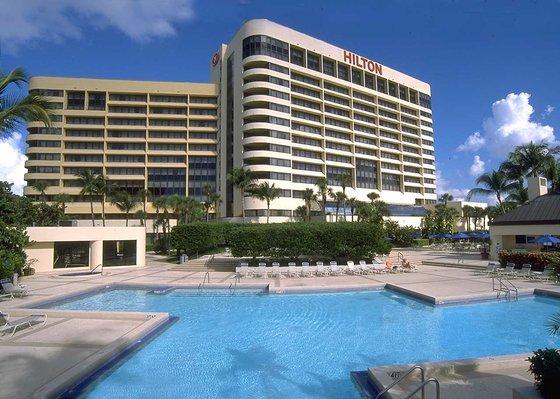 MIAAHHH_Hilton_Miami_Airport_Hotel_Pool_deck_2.jpg