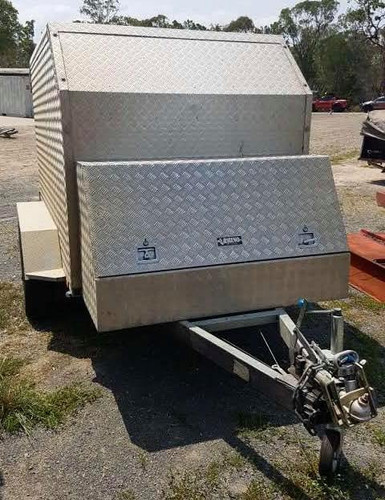 Fully enclosed tradesman trailer with ra