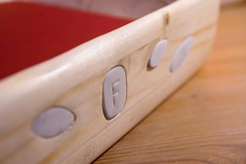 Vaso il seta rossa, legno e pietra bianca di carrara