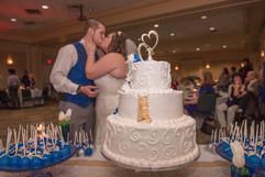 Wedding_Cake_blue_white_filigree_kiss.jp