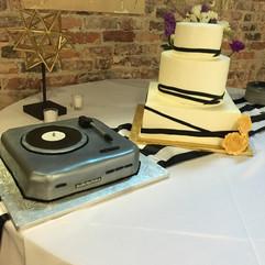 Wedding_Cake_black_white_ribbon_grooms_r