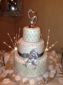 Wedding_Cake_white_silver_quilt.JPG
