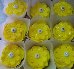 Cupcakes_yellow_flowers.JPG